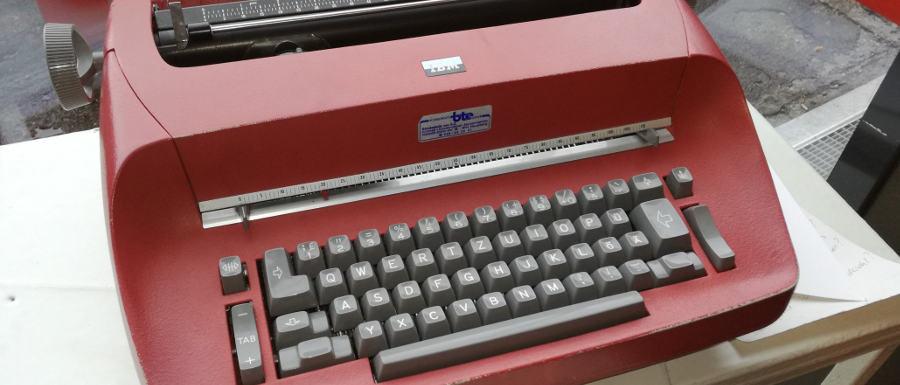Eine rote Schreibmaschine mit grauen Tasten © Robin Menges