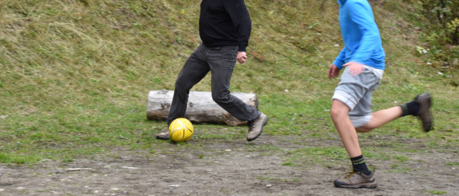 Zwei Menschen beim Fußballspielen © Robin Menges